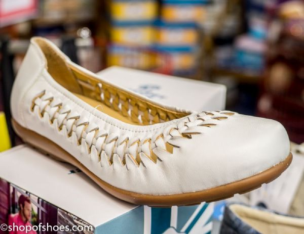 White elasticated leather EE-4E casual summer pump.